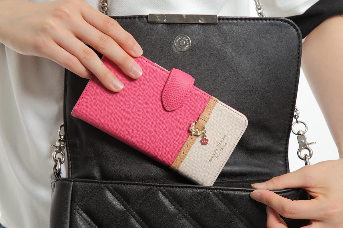 財布カバンに入れる動作